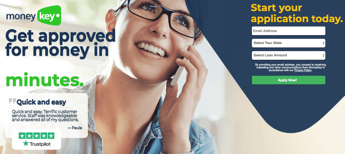 Smilende kvinde iført briller på telefonen på MoneyKeys hjemmeside